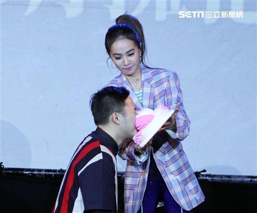 Jolin蔡依林專輯簽名握手沒有擁抱會粉絲要求在臉上砸蛋糕。(記者邱榮吉/攝影)