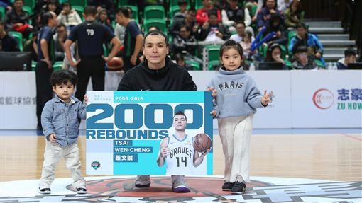 蔡文誠生涯2000籃板達陣(圖/中華籃協提供)