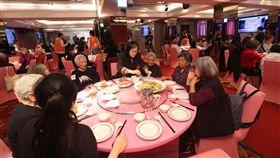 愛圍爐(3)伊甸基金會19日在台北舉行「愛.圍爐」記者會,邀請長輩共同圍爐,也呼籲民眾捐款響應愛圍爐計畫,讓長輩溫暖過新年。中央社記者吳家昇攝  108年1月19日