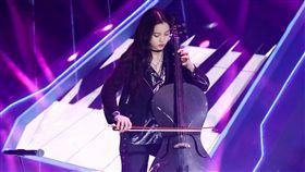 歐陽娜娜日前帥氣拉大提琴為電音節目開場。(圖/翻攝自微博)