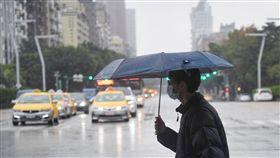 北台灣天氣濕涼中央氣象局表示,16日東北季風及華南雲雨區東移影響,水氣增加,北部及東半部雲量偏多,北台灣有局部較大雨勢發生機率,其他地區也有局部短暫雨。中央社記者王飛華攝  108年1月16日