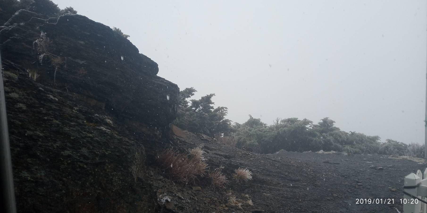 玉山初雪。(圖/氣象局提供)