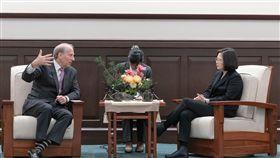 蔡英文總統21日在總統府接見美國智庫「外交關係協會」會長哈斯。(圖/總統府提供)