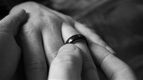求婚 戒指 婚姻 https://www.flickr.com/photos/timparkinson/2991873690/in/photolist-5yo8P9-pPoXBQ-7gdY3C-oWgZvr-22Z6L28-ddMW6G-718KWR-mvsf51-b6fQpP-6ntebT-2cGmWKR-6e1kgo-bzG61B-drVMJK-4xRM1N-2W4TNV-5Wc8Yi-fzY