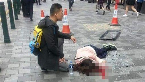 香港,酒店窗戶墜下,女子遭擊中傷重不治(圖/翻攝自微博)