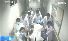 中國大陸,病患心跳停止,醫護人員輪流進行心肺復甦搶救(圖/翻攝自澎湃新聞)