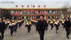 校長帶全校跳鬼步舞。
