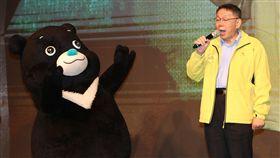 柯文哲出席長者圍爐餐會(2)台北市長柯文哲(右)21日在台北出席國際扶輪3523地區歲末寒冬送暖—獨居長者圍爐餐會,與熊讚一同上台唱歌表演。中央社記者張皓安攝  108年1月21日