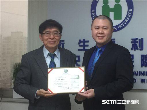 健保署長李伯璋(左)致贈翰林總經理陳彥良(右)感謝狀。(圖/記者楊晴雯攝)