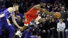 ▲哈登(右)連續20場得分超過30分追平NBA紀錄。(圖/美聯社/達志影像)