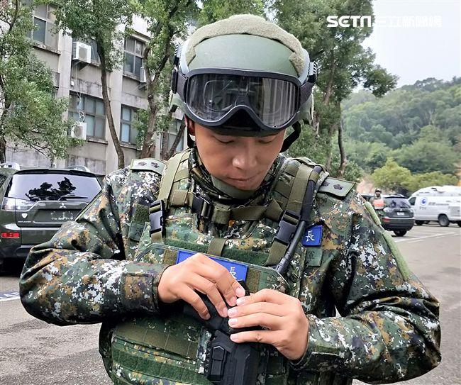 仿效警方採購防搶槍套。(記者邱榮吉/攝影)