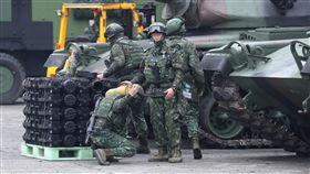 國軍反擊再戰整備演練  戰車補充彈藥國防部春節加強戰備,17日在台中進行「反擊再戰整備演練」,圖為後勤支援替M60A3戰車補充彈藥。中央社記者張皓安攝  108年1月17日