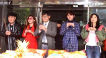 由方駿、王彩樺、許富凱、倪蓓蓓主演的華視新戲「鬥陣來鬧熱」開鏡。(記者邱榮吉/攝影)