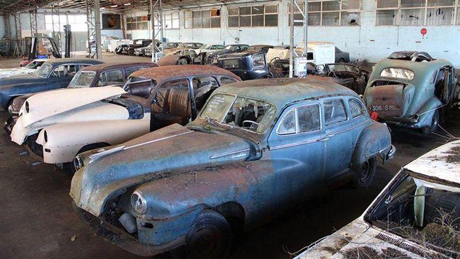 影/荒廢多年的法國穀倉 發現多輛夢幻名車