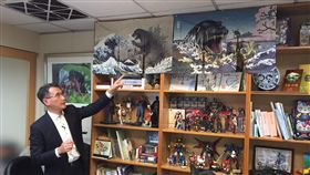 ▲鄭運鵬分享自己的收藏,手指的是哥吉拉的浮世繪。(圖/記者林仕祥攝)