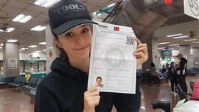 瑞莎23日在移民署服務站申請取得定居證。(內政部移民署提供)
