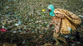 西爪哇省炙熱的陽光下,男孩們在搖搖晃晃的木製坡道上玩耍閒聊,而他們腳下正是印尼汙染最嚴重的河流之一石蕉河(Pisang Batu),這條河流塞滿數百公噸惡臭難聞的垃圾。(圖/翻攝自@thejakartaglobe推特)
