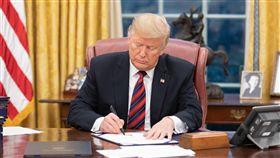 美國總統川普簽署亞洲再保證倡議法美國總統川普趕在2018年最後一天,簽署「亞洲再保證倡議法」(ARIA)。(美國白宮提供)中央社記者鄭崇生傳真  108年1月1日