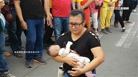 救我孩子!母抱插管嬰淚跪6分鐘 媽祖點頭了