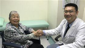 忽略假牙清潔 8旬嬤細菌感染導致腦膿瘍82歲的李阿嬤(左)日前突然發燒送醫急診,確診為左側腦膿瘍,原因竟是阿嬤輕忽假牙清潔,又有多達15顆蛀牙未治療,導致細菌感染到腦部引起,經烏日林新醫院神經外科主任鍾偉安(右)治療,身體逐步康復。(翻攝畫面)中央社記者趙麗妍傳真 108年1月23日