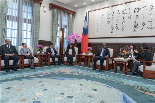 蔡英文總統24日上午接見「友邦駐紐約聯合國常任代表及副常任代表訪問團」。(圖/總統府提供)