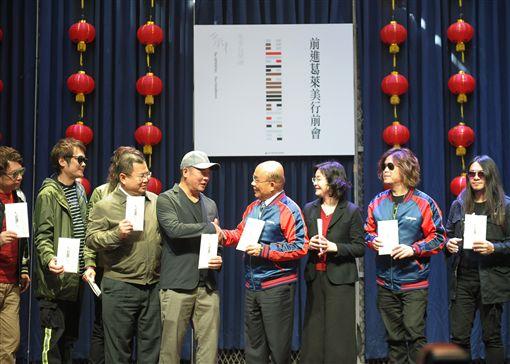行政院長蘇貞昌24上午出席「蕭青陽設計董事長樂團專輯暨入圍葛萊美最佳唱片設計包裝」行前記者會。(圖/行政院提供)