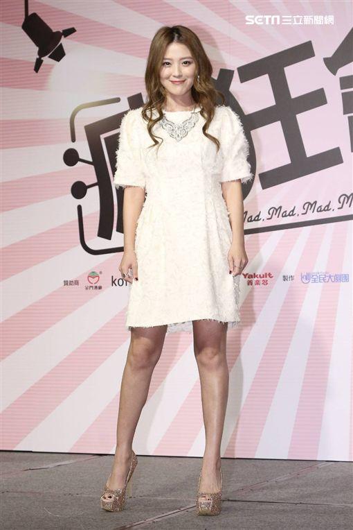 ▲卓文萱大秀美腿出席電影《瘋狂電視台瘋電影》記者會。(圖/記者林士傑攝影)