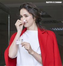 烏克蘭女星瑞莎耗時五年歸化台灣終能取得身分證。(記者林士傑/攝影)