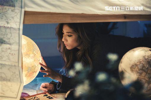 瑞瑪席丹新歌《脆弱的勇氣》MV側拍照。(圖/愛貝克思提供)