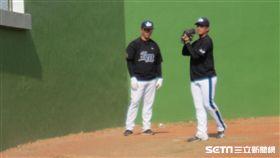▲Lamigo投手教練吳俊良(左)牛棚看朱俊祥練投。(圖/記者蕭保祥攝影)