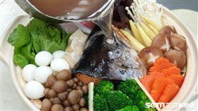台北市立聯合醫院中興院區營養科設計以地中海飲食為特色的鮭魚頭圍爐火鍋,是可降低失智症及心血管疾病保護的飲食之一。(圖/台北市聯合醫院提供)
