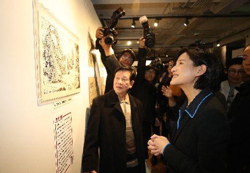 台灣漫畫基地開幕記者會(2)台灣漫畫基地開幕記者會24日在台北舉行,文化部長鄭麗君(前右)出席參觀2樓展區。中央社記者張新偉攝 108年1月24日