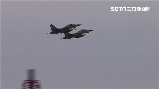 中共軍機擾台 美國2軍艦通過台海