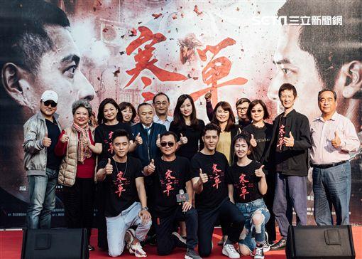 高雄市長韓國瑜千金韓冰(後排右六)與高雄市觀光局局長潘恆旭(後排左五)出席《寒單》電影見面會,為電影讚聲。(圖/想亮影藝提供)