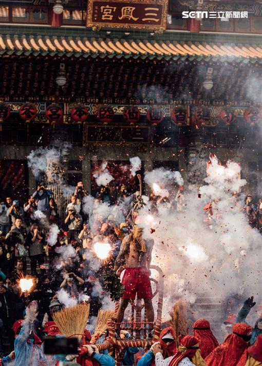 電影《寒單》南下高雄宣傳,於三鳳宮前舉行炮炸寒單儀式。(圖/想亮影藝提供)