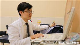 醫師莊傑貿替患者進行心臟超音波檢查。(圖/亞大醫院提供)