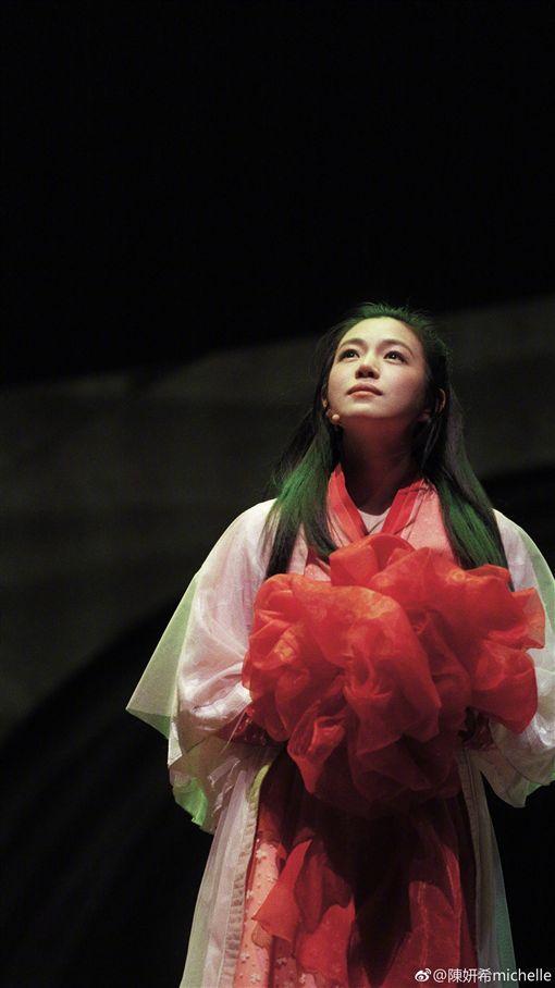 陳妍希舞台劇演出。(圖/翻攝自陳妍希微博)