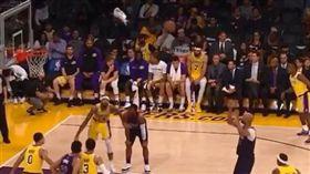 Rondo與對手投籃同一時間丟毛巾(圖/翻攝自YouTube)