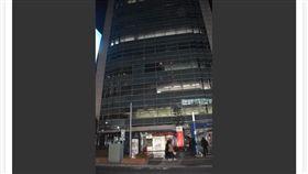 日本發生一起恐怖情殺案,一名22歲的女性才剛下班步出公司,卻被埋伏在一旁,擔任公務員的前男友持菜刀攻擊,不但身中多刀,頸部還被割斷,香消玉殞。(圖/翻攝自news.nicovideo.jp)