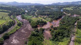 巴西淡水河谷礦產公司位於米納斯吉拉斯州首府好景市都會地區的豆礦場,25日下午發生六號水壩潰決事件,消防隊已證實約200人失蹤。(圖/美聯社/達志影像)