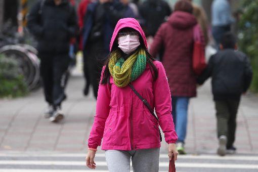民眾戴口罩防流感(1)衛生福利部疾病管制署日前示警,國內處於流感流行期,近期受強烈大陸冷氣團影響,各地天氣寒冷,流感病毒更加活躍。26日上午台北街頭民眾戴口罩出門。中央社記者吳翊寧攝 108年1月26日