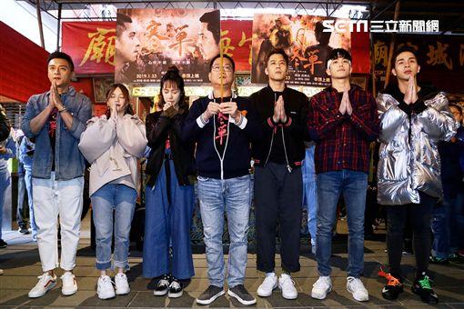 《寒單》電影導演黃朝亮率演員到台北霞海城隍廟拜拜祈福。左起為:演員鄭人碩、可青。(圖/想亮影藝提供)