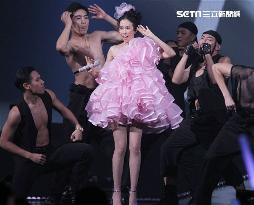 「第14屆KKBOX風雲榜」金曲歌后莫文蔚與嚴選猛男舞者共舞。(圖/記者邱榮吉攝影)