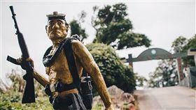 蛙兵精神典範 豎立馬祖兩棲營祖兩棲營偵三連的門口有座蛙兵身型的雕像,是為了紀念曾在馬祖地區擔任連長的毛守義曾多次冒著生命危險前往對岸執行特種任務。(軍聞社提供)中央社記者游凱翔傳真 108年1月26日