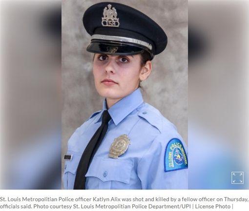 美國路易斯安那州一名24歲正妹女警艾莉克絲(Katlyn Alix),日前與男同事亨德倫(Nathaniel Hendren)拿裝有1顆子彈的手槍玩「俄羅斯輪盤」,結果艾莉克絲慘被擊斃,目前亨德倫被控誤殺罪。(圖/翻攝自www.upi.com)