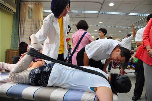 侯友宜八仙塵爆後常前往新莊和台北民生陽光重建中心探視傷友,新北市社會局提供
