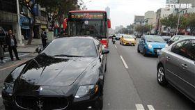 高雄市1部公車追撞瑪莎拉蒂跑車(翻攝畫面)