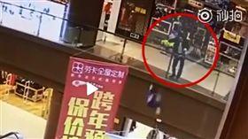 中國廣東商場男子隨機抱童先後墜樓。(圖/攝自成都商報1視頻)