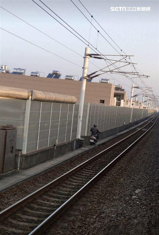 陳男騎機車闖進台鐵潮州段高架鐵道,警方獲報後前往攔阻,並將他依公共危險罪送辦(翻攝畫面)