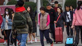 北台灣涼冷 民眾注意保暖中央氣象局27日表示,強烈大陸冷氣團影響,白天起北台灣一整天仍偏涼冷,高溫約攝氏18、19度,中南部及花東約20至24度,中南部日夜溫差較大,請民眾注意保暖。中央社記者裴禛攝 108年1月27日